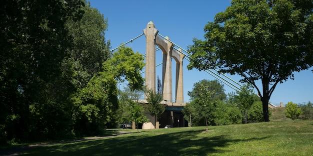 米国ミネソタ州ヘネピン郡ミネアポリス、ミシシッピ川のヘネプイン通り橋