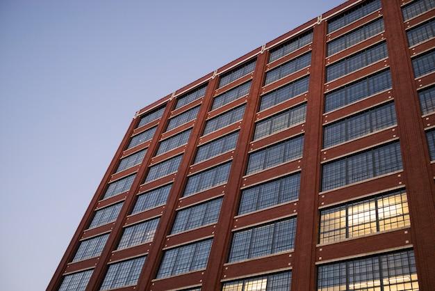 空、ミネアポリス、ヘネピン郡、ミネソタ、米国に対するオフィスビルの低角度のビュー