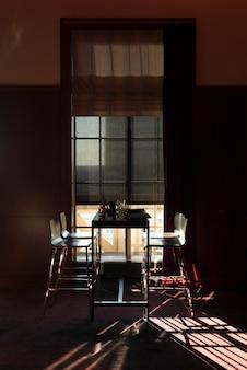 ミネアポタ、ヘネピン郡のミネアポリス、家の中に配置された空の椅子とテーブル