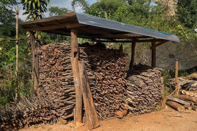 チェンライ、タイ、倉庫の薪の盛り
