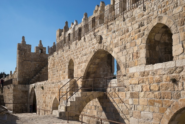 旧市街、エルサレム、イスラエルの周りの壁の遊歩道の眺め