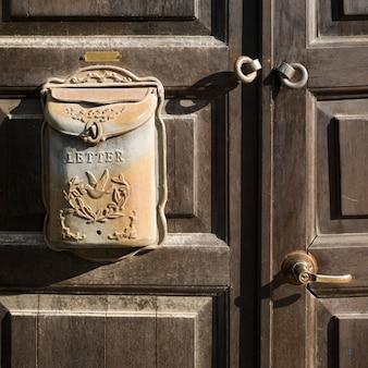 ドア、イスラエル、エルサレム、郵便受けのクローズアップ