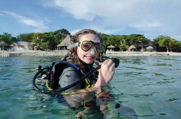 海、ウティラ、ベイ島、ホンジュラスの女性スキューバダイバー