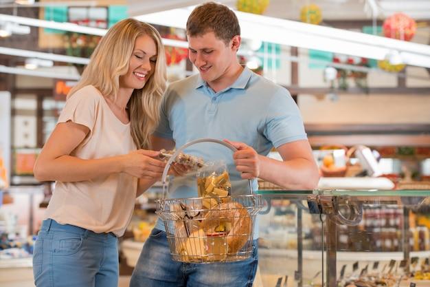 スーパーマーケットでカップル