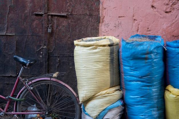 マーケット・ストール、メディナ、マラケシュ、モロッコで販売するための食べ物のサック