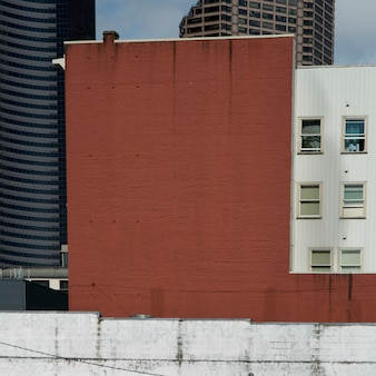 Наружная стена красного кирпича и билдинг в сиэтле, штат вашингтон, сша