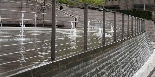 噴水から流れる水、シアトル、ワシントン州、米国