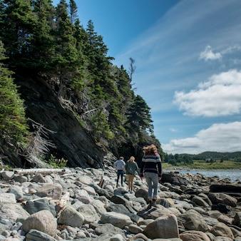 岩場の海岸、ノリスポイント、ボンベイ、グロス・モーン国立公園、ニューファンドランドアンドラブラドーの観光客