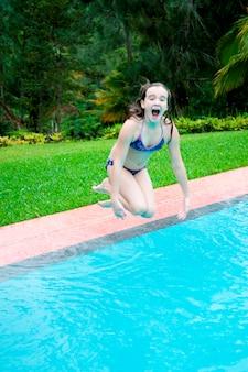 マウンテンパインリッジ保護区、子供がプールに飛び込む