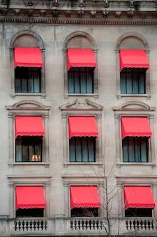 アメリカ、マサチューセッツ州ボストンの建物にある赤い日よけ