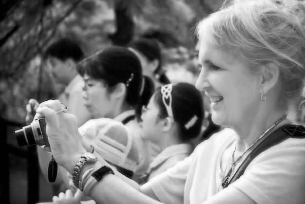 成熟した女性がパフォーマンスを撮影