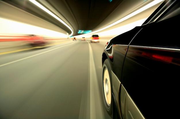 トンネルを走行する自動車のぼやけた動きの画像