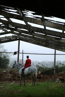 彼の馬のハンター。