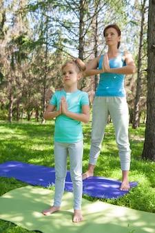 屋外で運動している母と娘