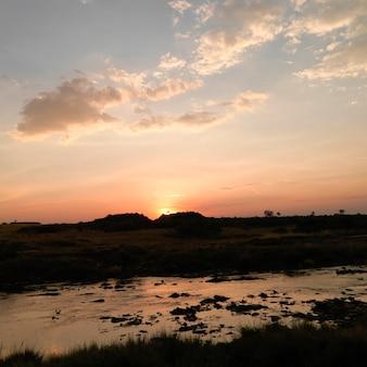 ケニアアフリカの夕方のマラ川