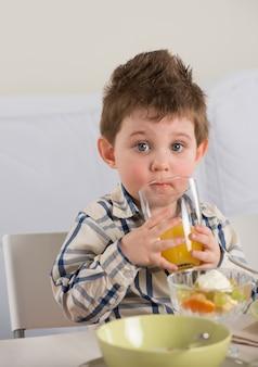 朝食の子供