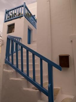 Синяя перила на лестнице в мидонос греция