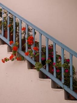 Голубая железная дорога и цветы в миконосе греция
