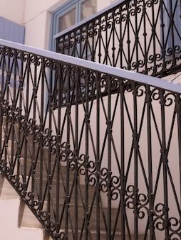 Декоративный рельс на лестнице в миконосе