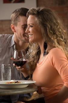 ロマンチックな日に若い幸せなカップル