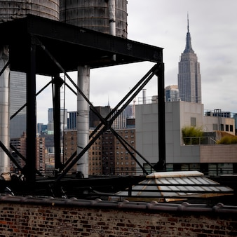 マンハッタン、ニューヨーク、アメリカのチェルシー地区からのエンパイアステートビルディングの眺め