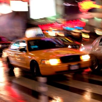 Размытый вид на такси в манхэттене, нью-йорк, сша