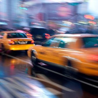 マンハッタン、ニューヨーク、アメリカの通りに黄色のタクシー
