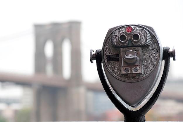 ニューヨーク、マンハッタンの川岸にある双眼鏡