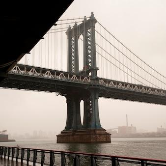 ニューヨーク、マンハッタンのイーストリバーのマンハッタン橋