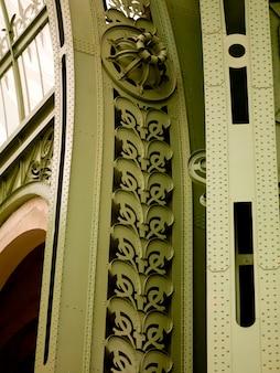 緑色の柱とパリの壮大な宮殿のアーチのクローズアップ