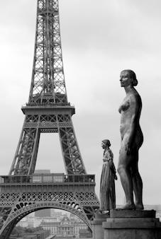 シャリオ宮殿像とパリのエッフェル塔フランス