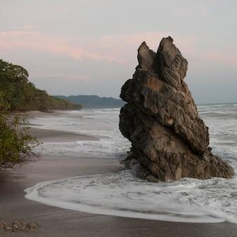 コスタリカの海岸沿いのボルダー