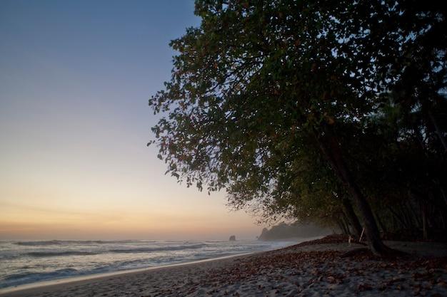サン・ホセ・コスタ・リカの残照を伴う海景