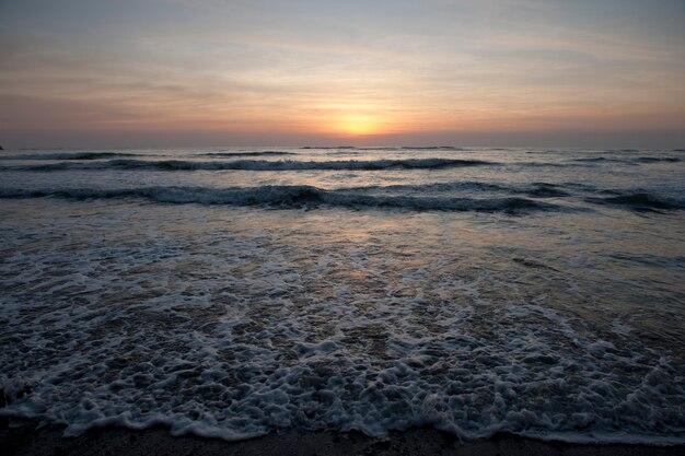 穏やかなビーチコスタリカの涼しい夜の夕日