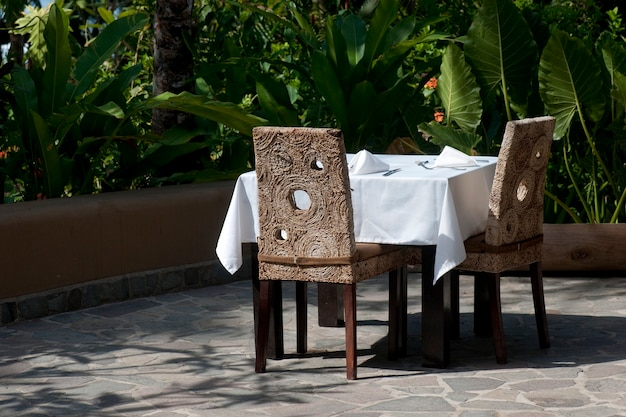 白い食卓の正式テラスの外での食事の設定