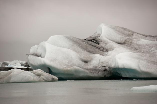 氷河の湖の凍った青い氷山