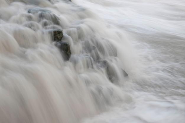 白い水が岩の上にかかっている