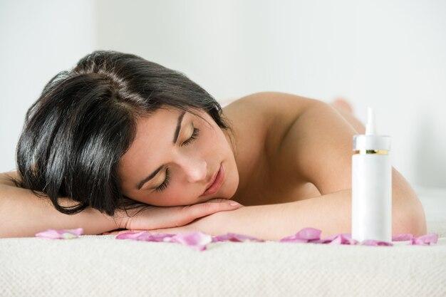 Женщина, расслабляющая во время спа-процедур