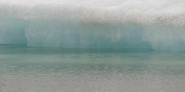 水の端で微妙な融解氷山
