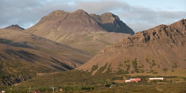 農場と農地を横切る雄大な山々