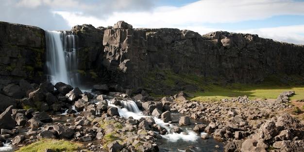 崖から岩場までの滝