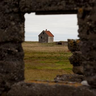 Заброшенное здание через рамочную стену