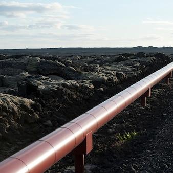 アイスランドの農村の田園地帯を通る地熱パイプ