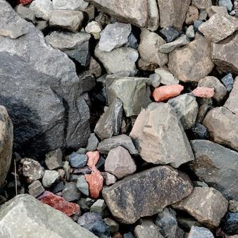様々な色のギザギザの小石