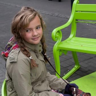 女の子、歩くこと、公園、ベンチ
