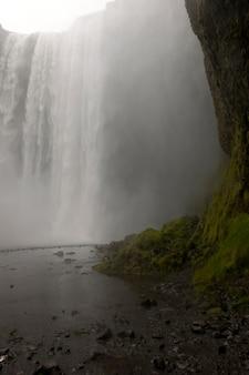 アイスランドの崖の上の滝