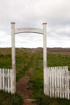 アイスランドの農村のフェンスとアーチ道
