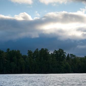 空の雲、オンタリオ州レイク・オブ・ザ・ウッズ