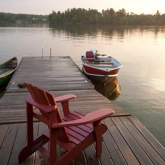 オンタリオ州レイク・オブ・ザ・ウッズのドックでのモーターボート