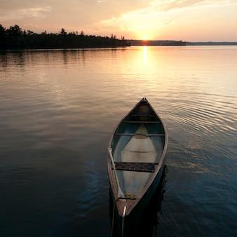 オンタリオ州レイク・オブ・ザ・ウッズの水に浮かぶカヌー